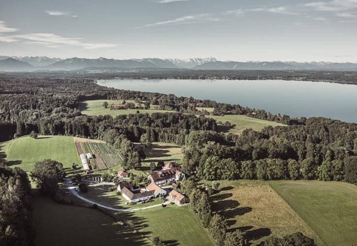 1-hochzeit-drone-schlossgut-oberambach-bio-hotel-starnberg