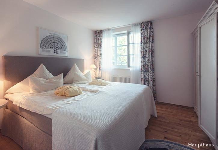 junior-suite-4-schlossgut-oberambach-bio-hotel-starnberg