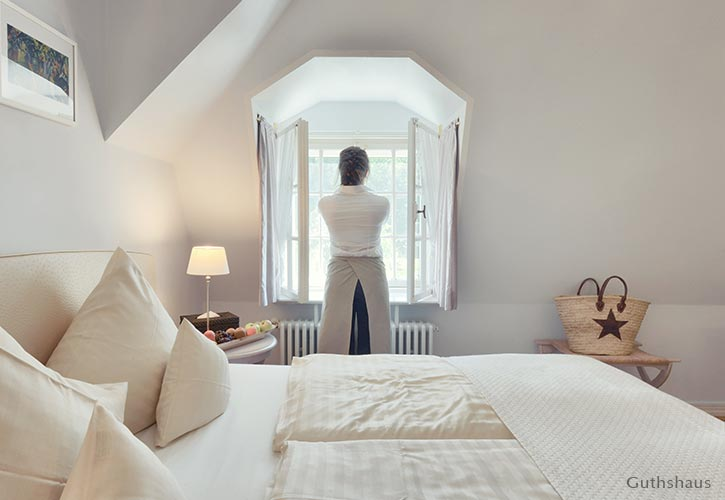 kleines-doppel-zimmer-2-schlossgut-oberambach-bio-hotel-starnberg