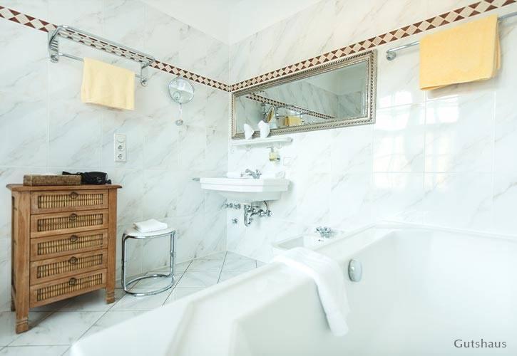 superior-suite-2-schlossgut-oberambach-bio-hotel-starnberg