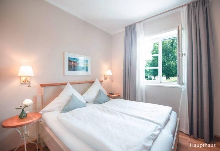 kleines-doppel-zimmer-6-schlossgut-oberambach-bio-hotel-starnberg